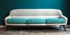 Beautiful and rare 3 seater sofa with loose cushions designed by danish designer Illum Wikkelso in the 1960′ies. Produced by A. Mikael Laursen. Freshly reupholstered.Wunderschönes und seltenes 3-sitziges Sofa mit loosen Kissen entworfen von Illum Wikkelso in den 1960′iger Jahren. Hergestellt von A. Mikael Laursen und gerade neu gepolstert und bezogen.