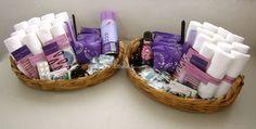 Detalles de higiene para los invitados a tu boda - canastas de baño con ligas, pinzaz, crema para la piel, desodorante en spray, gel para el pelo, peine, toallas sanitarias, aspirinas, imperdibles, mini gloss-