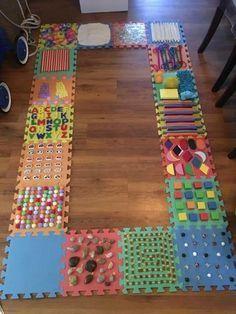 DIY un parcours sensoriel pour enfants à fabriquer maison activities These creative sensory walk activities for kids are great for exploring the senses. Baby Sensory Play, Sensory Wall, Sensory Rooms, Sensory Boards, Sensory Blocks, Sensory Motor, Sensory Board For Babies, Sensory Activities For Toddlers, Busy Boards For Toddlers