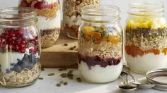 10 healthy (and still delicious) breakfast recipes to help weight loss: DIY breakfast jar! Second Breakfast, Breakfast On The Go, Breakfast Ideas, Breakfast Cereal, Mason Jar Meals, Meals In A Jar, Make Ahead Oatmeal, Mason Jar Breakfast, Healthy Snacks