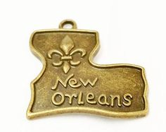 Check out 5 New Orleans Charm, Mardi Gras, Antique Bronze New Orleans Pendant, French Quarters, State Charm, Mardi Gras Favor, Fleur De Lis Charm, C32 on vickysjewelrysupply