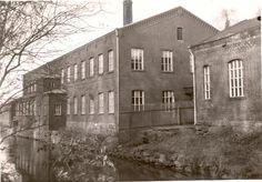 """Finlayson-Forssan karhekehräämö eli """"pikku kehräämö"""" Loimijoen puolelta. Oikealla näkyy puusepänverstaan nurkka. Rakennettu 1874, laajennettu useaan otteeseen, viimeisen kerran 1963. Säilyttävä museo Forssan museo"""
