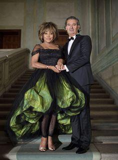 La cantante estadounidense Tina Turner, de 73 años, se casó el 27 de julio de 2013 a orillas del lago suizo de Zúrich con su compañero sentimental, el productor musical alemán Erwin Bach, de 57, tras veintisiete años de relación eligiendo un vestido de Armani.