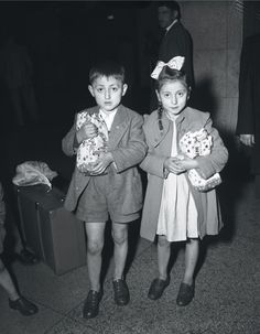 Italian immigrant children arrive at Union station, 1951