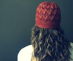 free hat knitting pattern plus lots more http://paintinglilies.com/knitting/2-free-beginner-knitting-patterns/#