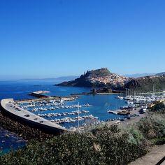 Uno dei panorami più belli della Sardegna nord occidentale, Castelsardo in tutto il suo splendore, dal porto turistico al castello che fecero erigere i Doria nel 1102. Riconoscibile il campanile della concattedrale di Sant'Antonio abate.
