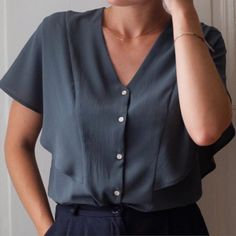 Unsere Auswahl an Kurzarmblusen - couture - Yorgo Angelopoulos Back Design Of Blouse, Blouse Designs, Simple Blouse Pattern, Shirt Patterns For Women, Diy Vetement, Designer Blouse Patterns, Couture Tops, Mode Inspiration, Outfits