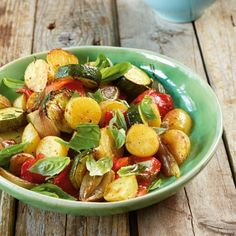 Mediterraner Ofengemüsesalat: Hier kommt frisches Gemüse aus dem Ofen direkt auf den Teller, wo es mit Basilikum und einem frischen Dressing abgerundet wird.