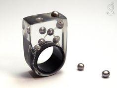 Rundblick – Abstrakter Perlen-Ring mit echten grauen Perlen auf weißer Perlseide und schwarzen Ring in Gießharz