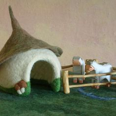 SheepWalk - Meadow with a Chalet - Felted PlayScape by Rjabinnik and Rounien… Needle Felted Animals, Felt Animals, Wet Felting, Needle Felting, Felt Play Mat, Play Mats, Felt House, 3d Figures, Nature Table