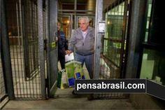 Único condenado no processo do mensalão que ainda não cumpriu pena, Henrique Pizzolato já está no Brasil. Escoltado por três policiais federais brasileiros e uma médica, ele desembarcou por volta das 6h45 no Aeroporto Internacional de Guarulhos, em São Paulo, e foi vaiado ao chegar. Pizzolato saiu de Milão na noite de quinta-feira. Ele foi o primeiro a entrar no avião, na noite de quinta, sendo locado no último lugar, ao lado do banheiro. Ao seu lado, um agente da PF. Nos dois bancos da…