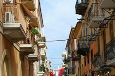 Nafplio is by far one of the most beautiful and romantic towns on Greece's coast, an easy day trip or weekend getaway from Athens.  Here is a list of the top things to do in this historic seafront village...