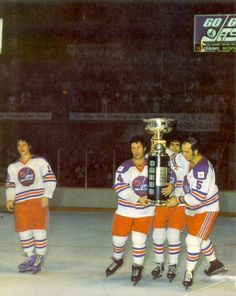 1976 Carrying the Avco World Trophy Stars Hockey, Women's Hockey, Ice Hockey Teams, Hockey Games, Hockey Players, Baseball, Hockey Trophies, Nfl Fans, Nhl