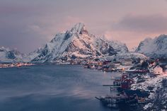 Breathtaking Winter Pictures of Lofoten Islands  The Lofoten Islands are an Norwegian archipelago located at the North of the country at the level of the polar circle. Islands offer atypical lanscapes between sea and mountains. German photographer Franz Sußbauer travel there and immortalized the winter landscapes. Snow-coated cliffs plunge in the cold water. Landscapes with a rare purity that the pink color of setting sun come to heat.           #xemtvhay