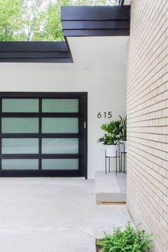 White Brick Houses, White Exterior Houses, Black Trim Exterior House, Modern Brick House, Glass Garage Door, Garage Door Design, Exterior Paint Colors, Exterior Design, Modern Exterior House Designs