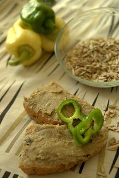 Mindennapi ételeink: Vegán májkrém: napraforgóból Vegan Bread, Raw Vegan, Plant Based, Vegetarian Recipes, Food And Drink, Cheese, Meat, Ethnic Recipes, Vegetarische Rezepte