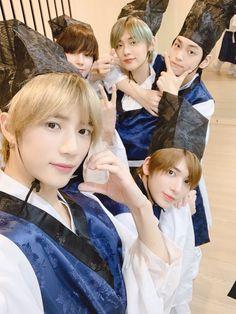 Tomorrow X Together selca Chuseok party K Pop, I Miss You Guys, The Dream, Thanksgiving Wallpaper, Fandoms, Blue Hour, Twitter Update, South Korean Boy Band, Mini Albums