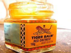 14 uventede anvendelsesområder for tigerbalsam Tiger Balm, Bra Hacks, Herbal Oil, Flower Oil, Health And Beauty Tips, Natural Medicine, Healthy Tips, Diy Beauty, Candle Jars