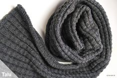Herrenschal stricken: klassisch schick – kostenlose Anleitung Classically chic and noble – this knitted men's scarf is really not complicated. Talu shows in the free guide with pictures how to knit a noble men's scarf. Mens Knitted Scarf, Knitted Hats, Scarf Knit, Lace Knitting Patterns, Knitting Designs, Easy Knitting, Knitting Socks, Pull Marron, Winter Knit Hats