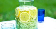 Strunta i den syntetiska citronsyran! Det går lika bra med vanliga citroner – och rena, heta flaskor.  Här ger mathantverkaren Yvonne Björ i Rättvik sitt godaste recept!