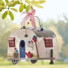 nichoir et mangeoire sympa: caravane à oiseaux en bois Bird Boxes, Cute Birds, Fairy Houses, Funny Design, Bird Cage, Yard Art, Bird Feathers, Projects To Try, Diy Crafts