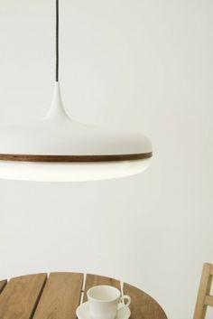 Le designer industriel australien Viktor Legin a créé la Droplet Lamp, une suspension réalisée en aluminium tourné et en bois.
