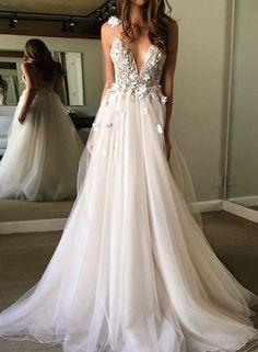 v-neck prom dresses, tulle prom dresses, applique prom dresses, backless prom dresses, evening dresses #promdresses #SIMIBridal #fashion