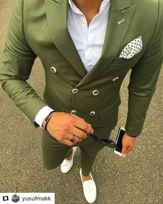 Beautiful green double-breasted jacket - matching pants ; paired with a nice pair of loafers: fresh!
