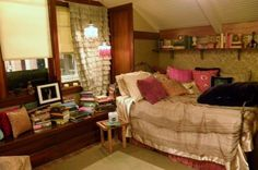 Pretty Little Liars Aria Montgomery's bedroom. I love the piles and piles of books. Dream Rooms, Dream Bedroom, Home Bedroom, Bedroom Decor, Bedrooms, Wall Decor, Aria Montgomery Room, My New Room, My Room