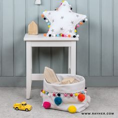 Bring Farbe ins Kinderzimmer - mit unseren Canvasbasics und den passenden Accessoires. #diy #rayher #canvas #textil #pompons #kids #kidsroom #selbstgemacht #basteln Chair, Canvas, Furniture, Home Decor, Pom Poms, Stencils, Homemade, Colour, Tela