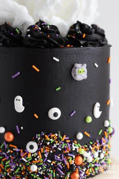 Learn how to decorate the perfect Halloween cake with pitch black buttercream, white cotton candy, and monster sprinkles by SprinklePop! Halloween Desserts, Halloween Cupcakes, Bolo Halloween, Pasteles Halloween, Halloween Birthday Cakes, Hallowen Food, Halloween Treats, Halloween Party, Easy Halloween Cakes