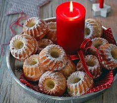Das Motto für diese Weihnachtsdeko lautet: erst ausführlich anschauen, dann aufessen. Die kleinen Gugelhupfe werden in eine schöne Schale oder auf Tablett...