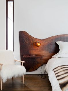 Pretty, but maybe a headboard with live edge that fits the bed size better. modern mountain house tour bedroom with live edge headboard Deco Design, Design Case, Design Trends, Design Ideas, Design Design, Wood Design, Graphic Design, Home Bedroom, Bedroom Decor