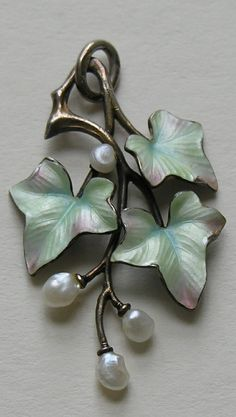 """Arts & Crafts movement /Jugendstil /Art Nouveau featured the beauty of Nature in it's designs. Here a simple and elegant trio of Ivy leaves accented with pearl """"berries"""". Art Nouveau Jewelry, Jewelry Art, Jewelry Design, Enamel Jewelry, Antique Jewelry, Vintage Jewelry, Sgraffito, Jugendstil Design, Pearl Pendant"""