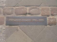 De Berlijnse Muur was een tot 100 meter brede constructie die van 13 augustus 1961 tot 9 november 1989 West- en Oost-Berlijn van elkaar scheidde. De Berlijnse Muur was 45,1 km lang. Het was het bekendste symbool van de Koude Oorlog en de deling van Duitsland. Tijdens vluchtacties bij de Berlijnse Muur zijn ten minste 138 mensen om het leven gekomen. In de straat is aangegeven waar de muur vroeger stond.