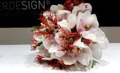 Bouquet Corallo..... particolare e raffinato bouquet da sposa realizzando con fiori di corallo e orchidee Cymbidium....