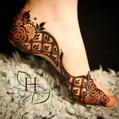 Mehendi on the legs is as important for the bride as is to put it in her hands. We have collected amazing mehndi designs for leg for your inspiration. Dulhan Mehndi Designs, Mehandi Designs, Mehendi, Mehndi Designs Feet, Leg Mehndi, Legs Mehndi Design, Mehndi Designs 2018, Mehndi Designs For Girls, Modern Mehndi Designs