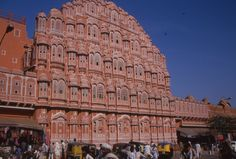 Le palais des vents (Hawa Mahal) est un bâtiment construit au XVIIIe siècle à Jaipur, capitale du Rajasthan en Inde. Il est considéré comme l'une des merveilles de l'architecture rajput. Les centaines de fenêtres et balcons (953, semble-t-il) qui ornent sa façade sur cinq étages sont construits de façon à permettre aux femmes du harem royal de voir à l'extérieur sans être vues en retour.  Construit selon les canons de l'architecture rajput, il a été conçu de façon à permettre au vent de…