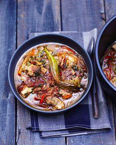 Recette Axoa de veau : Faites revenir la viande coupée en petits dés dans une grande cocotte avec un filet d'huile d'olive. Pelez les oignons, l'ail et ...