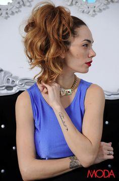 Labios rojos, collares vintages, el cabello al estilo Pin Up y un tatuaje con el nombre de su bebé marcan su look. #NicoleDupont #RevistaAlaModa