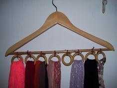 Les foulards et les écharpes sont toujours en vrac dans un panier ou une boite... Voici une idée toute simple et facile à réaliser.... Il vous faut : - 1 Cintre en bois - Des anneaux de rideaux en bois - Du ruban Il suffit de fixer les anneaux sur le...
