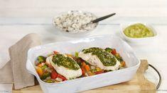 En delikat pesto løfter sammen med fargerike grønnsaker smaken på denne torskeretten til himmels.
