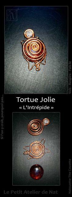 Jolie décoration de table, cette tortue délicate a pour tête une perle craquelée et un galet de verre en guise de dos. Celui-ci est maintenu par des spirales et de petits liens.