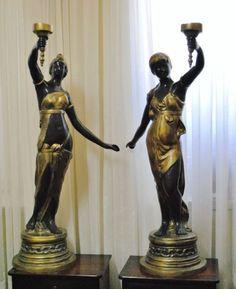 Jovens damas sustentando tochas, par de luminárias ao gosto grego romano em bronze platinado