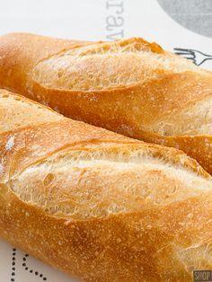 Heerlijk knapperig stokbrood bak je voortaan zelf met behulp van dit recept. Handig om in voorraad te hebben. Je kunt ze namelijk perfect invriezen.