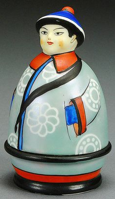 A NORITAKE FIGURAL CHINAMAN PORCELAIN INKWELL CIRCA 1925. TWO PART ART DECO FORM WITH FRAY LUSTRE JACKET