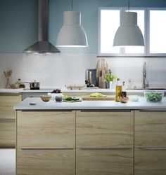 ASKERSUND serie | IKEA IKEAnederland IKEAnl keuken modern rustiek industrieel essen essenpatroon deuren fronten plinten LUFTIG wandafzuigkap HEKTAR lamp EKBACKEN werkblad METOD keuken