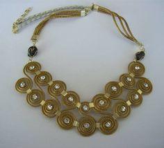 Maxi Colar de capim dourado  com detalhes em strass azul. R$ 40,00