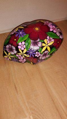 Stor sten med mange blomster. Malet med posca tusser og molotow tusser, stenen er lakeret med makemake