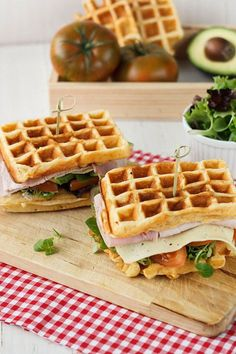 Haz un sándwich con waffles que cambiará tu vida y la de todo aquél que lo pruebe. | 16 Deliciosas recetas de sándwiches tan fáciles que no te lo vas a creer Waffle Iron Recipes, Waffle Sandwich, Good Food, Yummy Food, Salty Foods, Food Concept, Pancakes And Waffles, Food Truck, Breakfast Recipes
